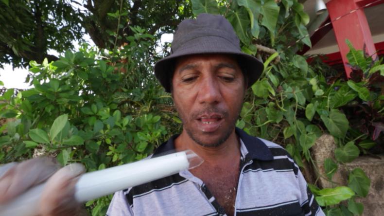 Kuba: Dieser Mann isst Glas und schockiert damit die Menschen auf den Straßen
