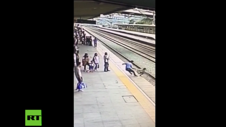 China: Bahnmitarbeiter rettet Frau in letzter Sekunde das Leben