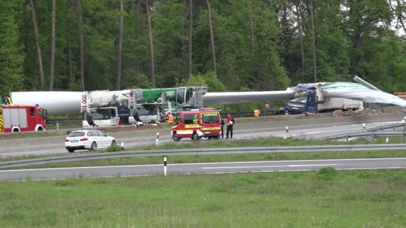 Unfall auf der A33 – Windradflügel löst sich nach Unfall vom Transporter und schlägt in LKW ein