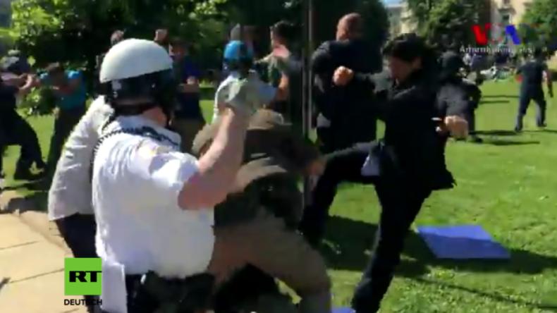 Verstörendes Video: Erdogans Leibwächter treten auf Demonstranten am Boden ein