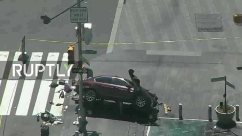 Live aus New York: Mann rast PKW in Menschenmenge – 19 Verletzte, 1 Toter