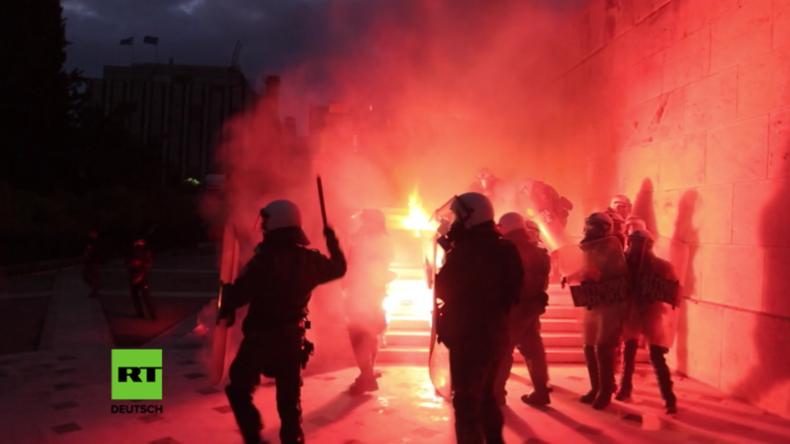Griechenland: Schwere Ausschreitungen vor Parlament wegen Billigung weiterer Sparmaßnahmen
