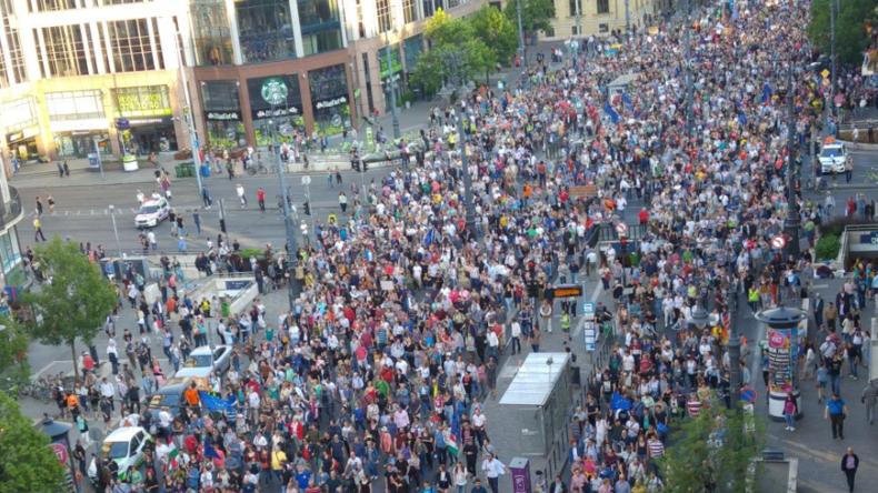 Tausende Ungarn demonstrieren in Budapest gegen Orbán