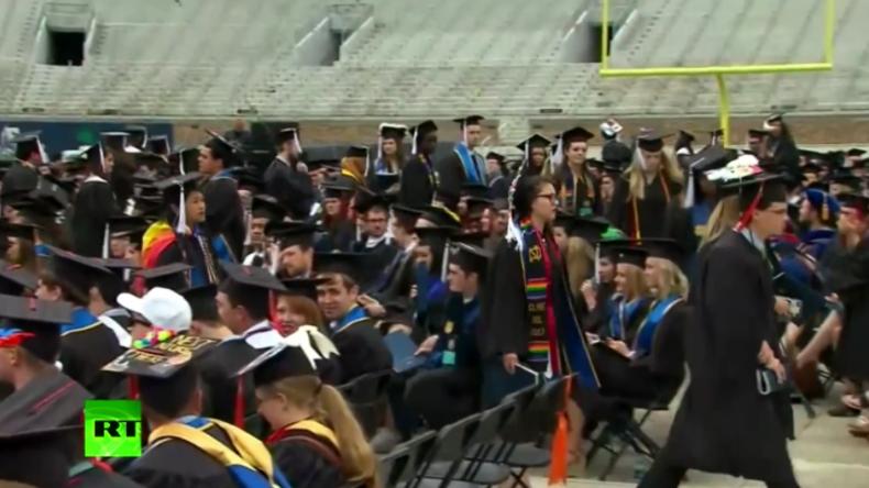 """""""Unerwünschter Gast"""": Studenten verlassen aus Protest gegen Rede von US-Vize Pence den Saal"""