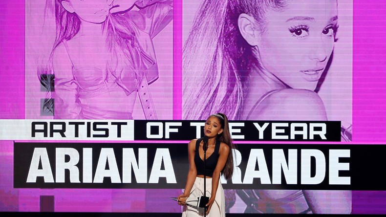 Ariana Grande bekommt den Preis in Los Angeles