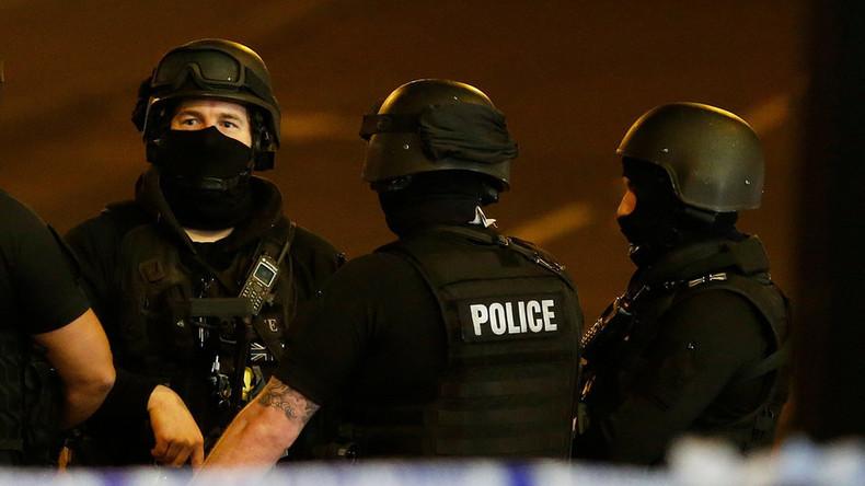 RT Deutsch überträgt live aus Manchester außerhalb der Polizeihauptzentrale