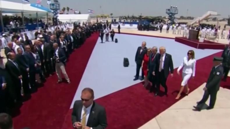 Israel: Wer hat hier die Hosen an? Melania schlägt Donald Trumps Hand weg