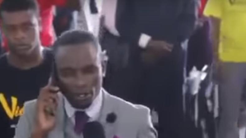 Während der Predigt: Priester ruft mal eben Gott an (Video)