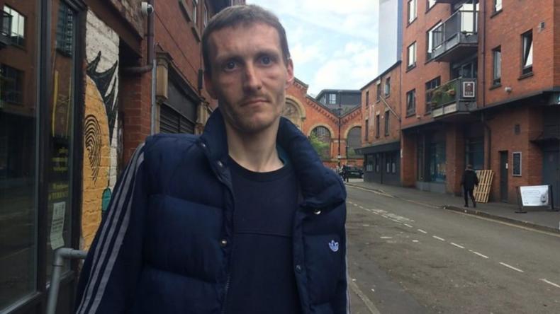 Obdachloser Helfer in Manchester wird mit Wohnung belohnt