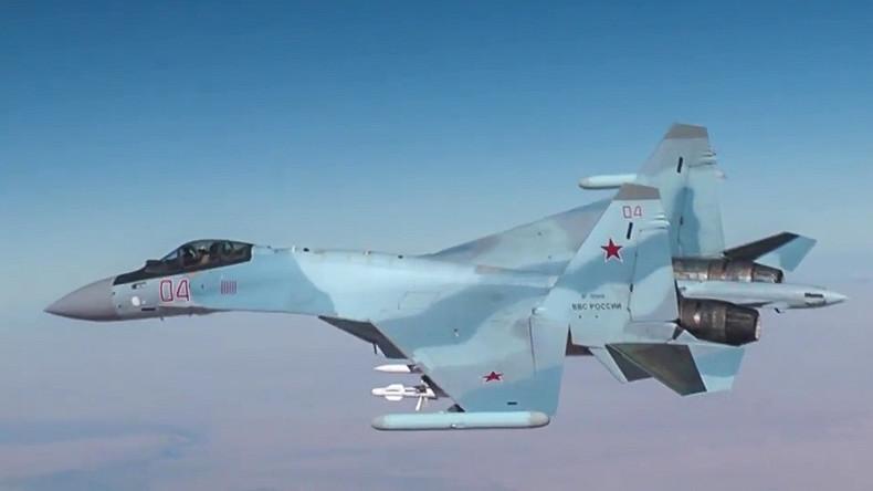 Russlands Luftwaffe zerbombt IS-Wagenkolonne in Syrien