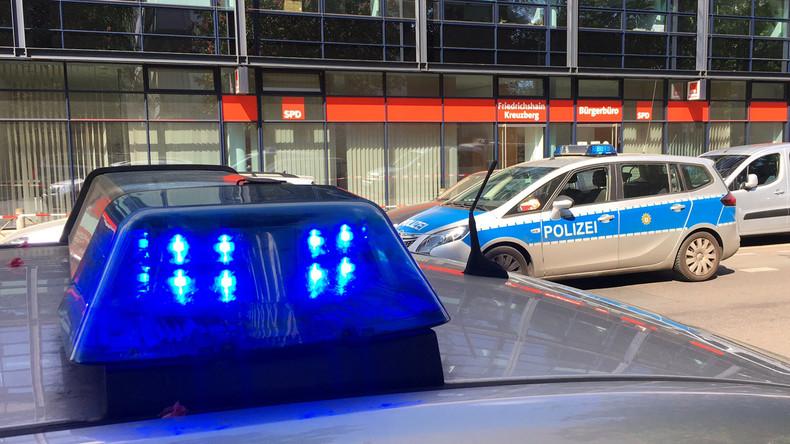 Unfall an Berliner U-Bahn-Station - Auto fährt Treppe hinunter