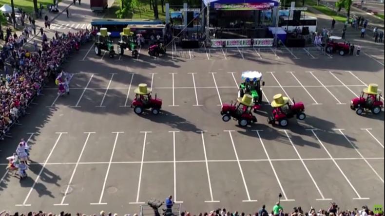 Traktorenball in Belarus: 3-Tonnen Fahrzeuge tanzen Volkstanz und Schwanensee