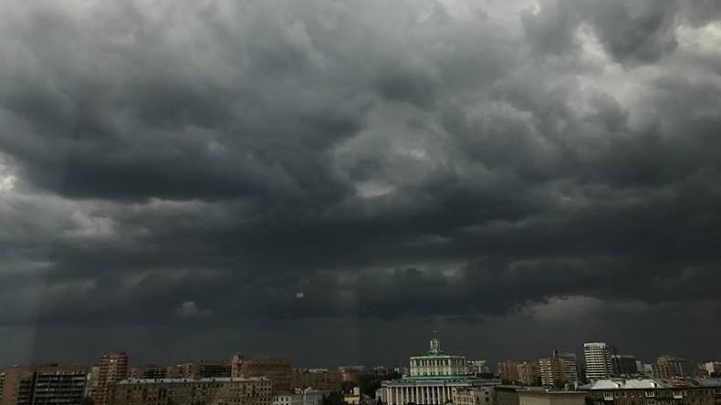 Unwetter in Moskau - Mehrere Tote, ausgerissene Bäume, blockierte Straßen [Fotos und Videos]