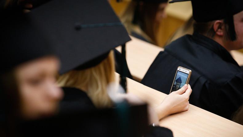 """Hübsch dekolletierte"" junge Frauen erwünscht - Belgische Uni verleiht Diplome"
