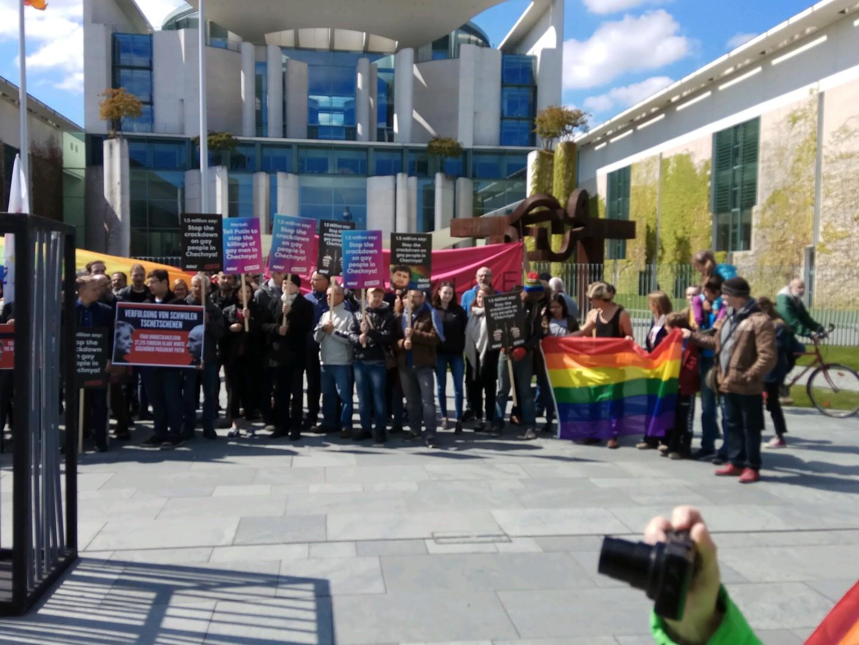 LGBT-Aktionsbündnis hält Mahnwache wegen mutmaßlichen Menschenrechtsverletzungen in Tschetschenien