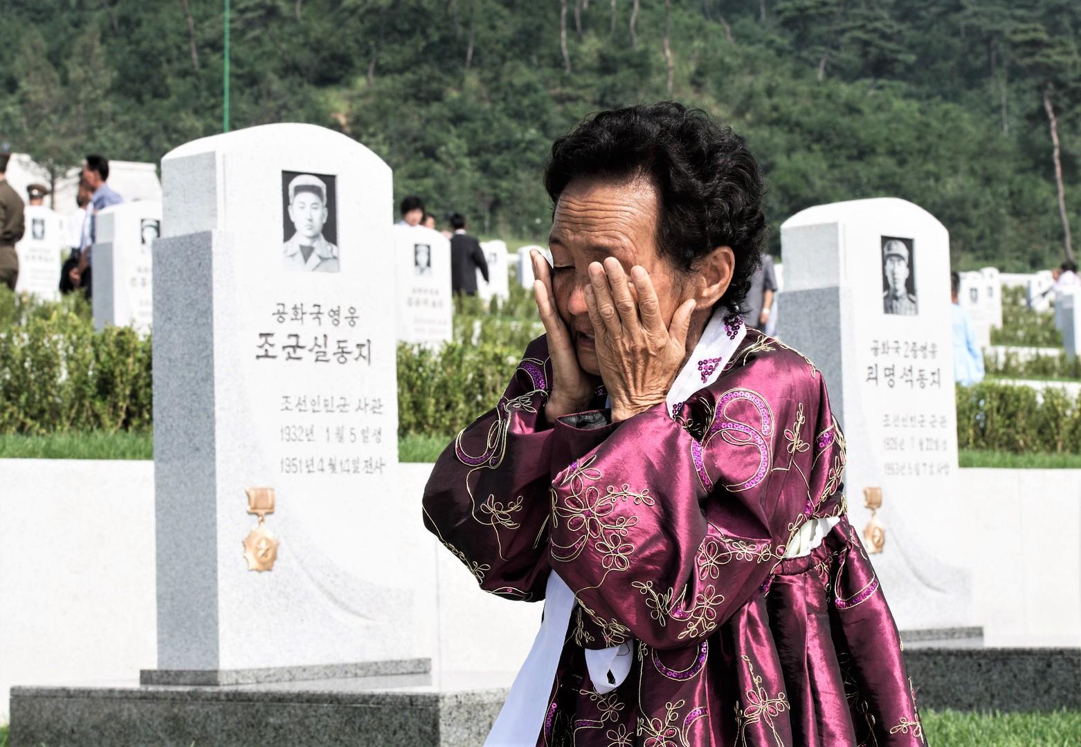 Die Einwohnerin Pjöngjans am Tag der Eröfnung eines Memorialkomplexes, das den Toten während des Koreakrieges 1950-1953 gewidmet ist, 25. Juli 2013