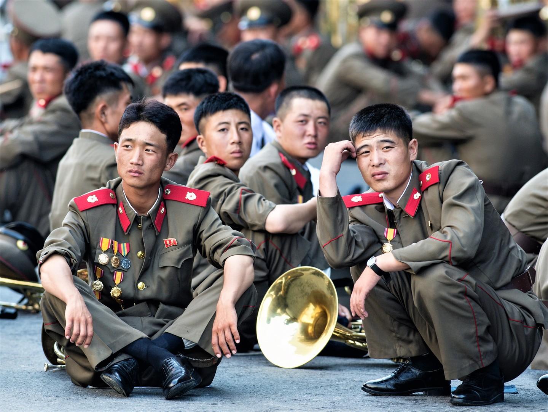 Militärangehörige während der Militärparade, die dem 60. Jahrestag der Beendigung des Koreakriegs in Pjöngjang gewidmet ist.