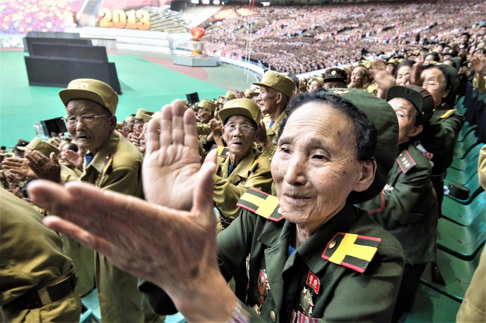 Veteranen applaudieren einer Theater-Inszenierung, die dem 60. Jahrestag der Beendigung des Koreakrieges gewidmet ist, 26. Juli 2013.