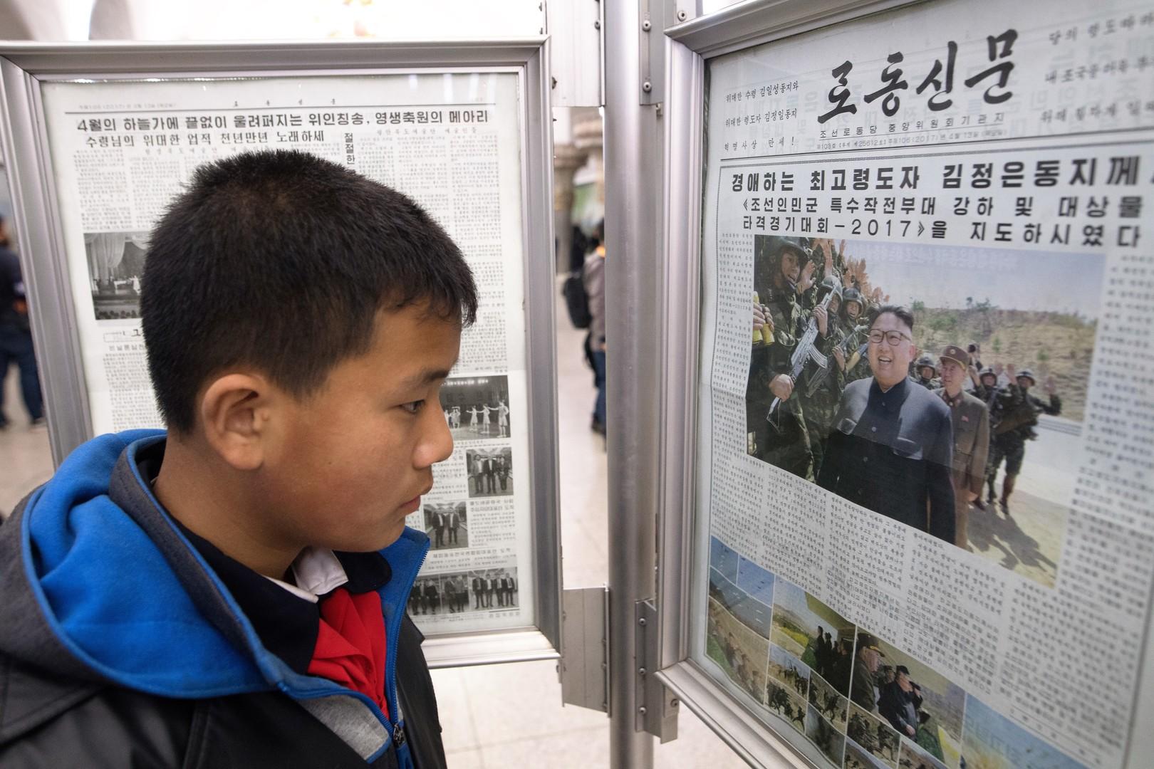Ein Schüler vor dem Zeitungsständer in der Metro in Pjöngjang, 14. April 2017.