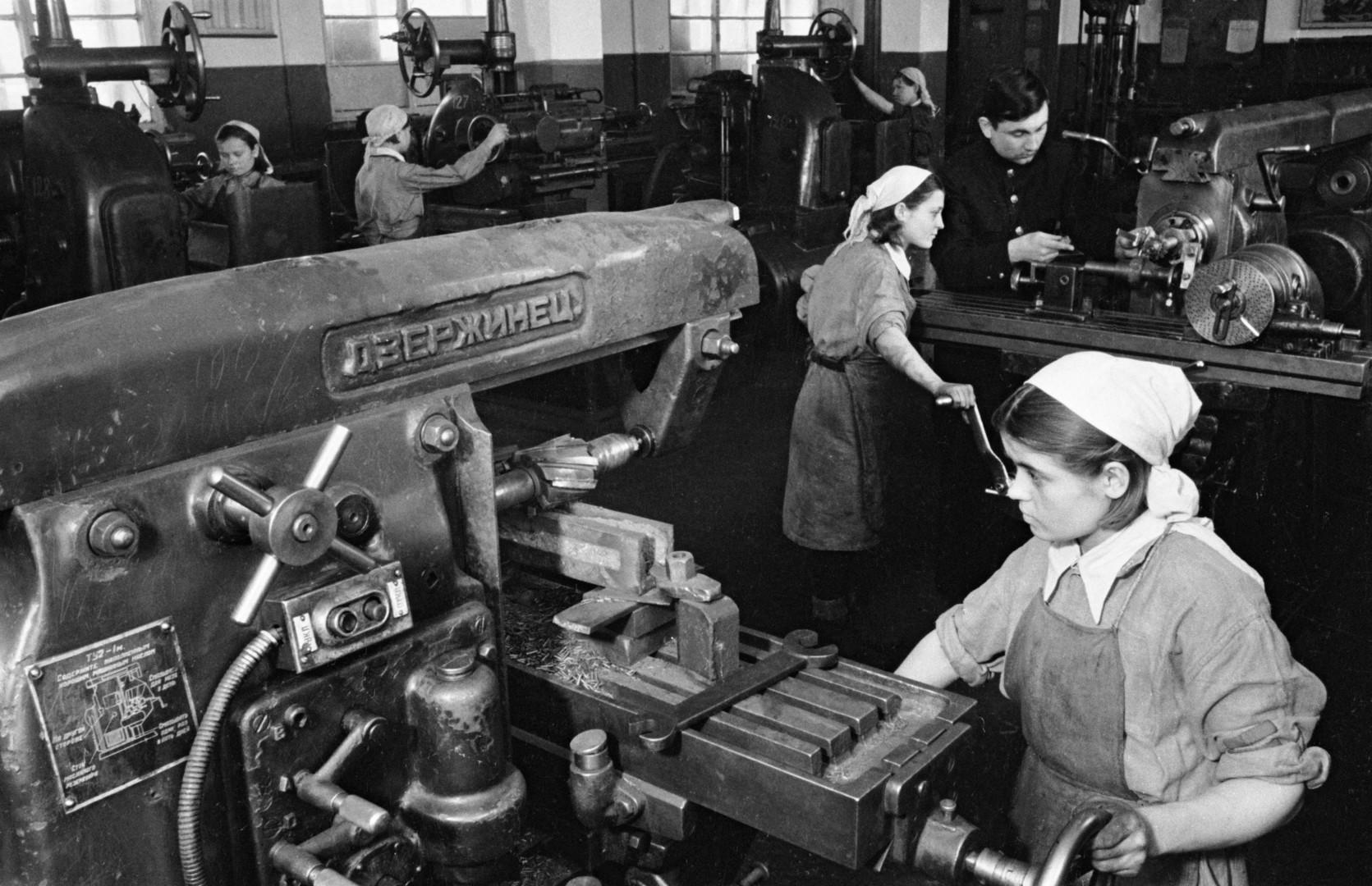 Im Hinterland war die Lage der Frauen nicht viel leichter, als an der Front. Sie arbeiteten Tag und Nacht in Fabriken und bewerkstelligten eine Arbeit für zwei: sich und des Mannes, der an der Front kämpfte.