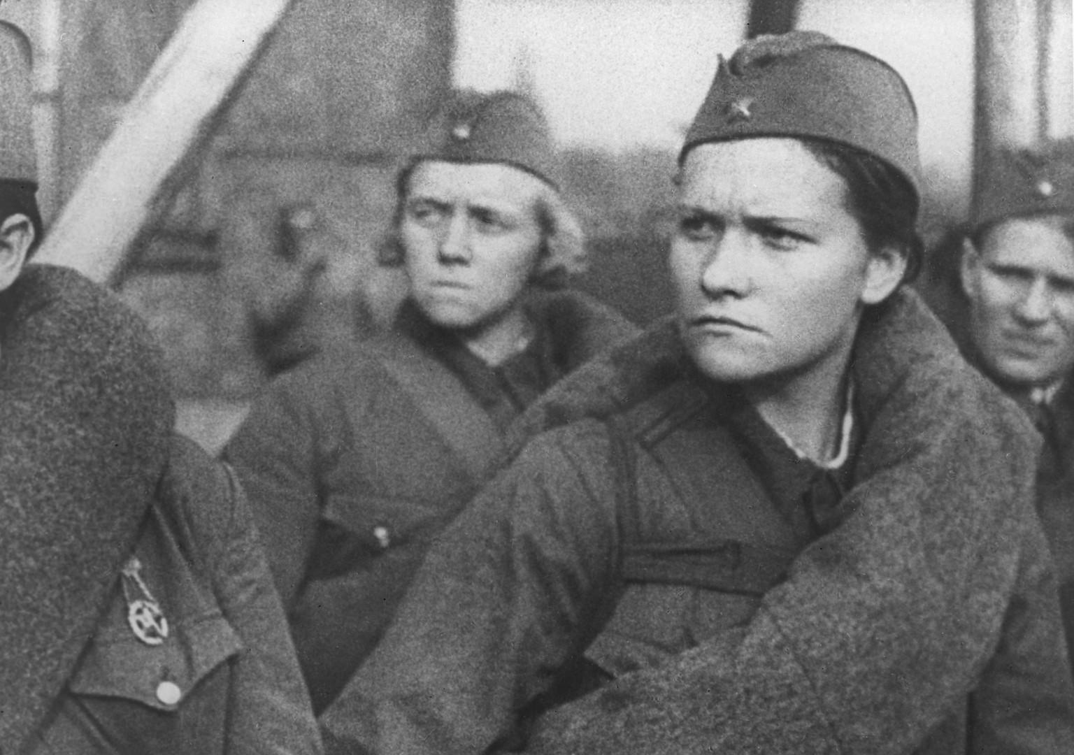 Viele Frauen wurden im Laufe des Krieges auf gleicher Ebene wie die Männer ausgebildet. Insgesamt absolvierten ungefähr zehn Millionen Sowjetbürger die allgemeine Kriegsausbildung.