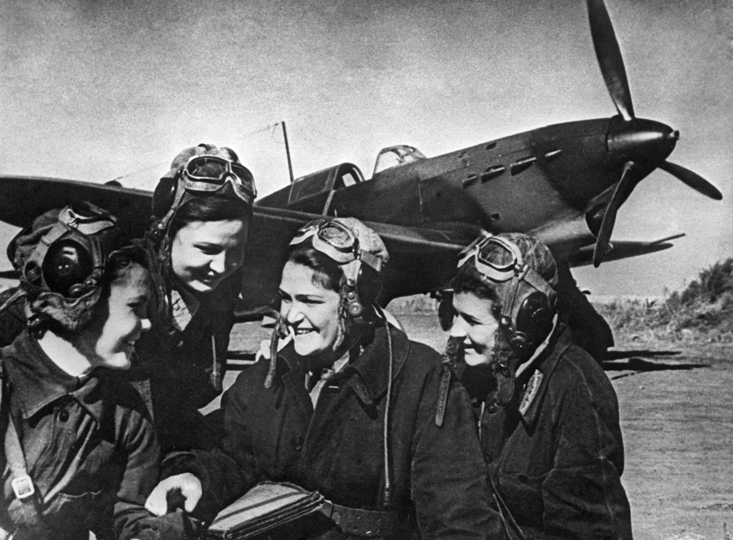 Erste Gruppen mit Pilotinnen wurden am 8. Oktober 1941 gebildet. Einige von ihnen nahmen an allen wichtigen Schlachten des Großen Vaterländischen Krieges teil.