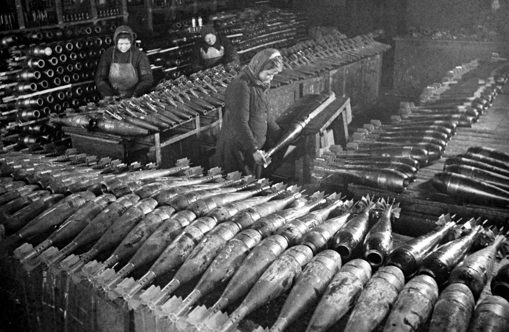 Während des ganzen Krieges arbeiteten sowjetische Frauen bis zu drei Schichten pro Tag.