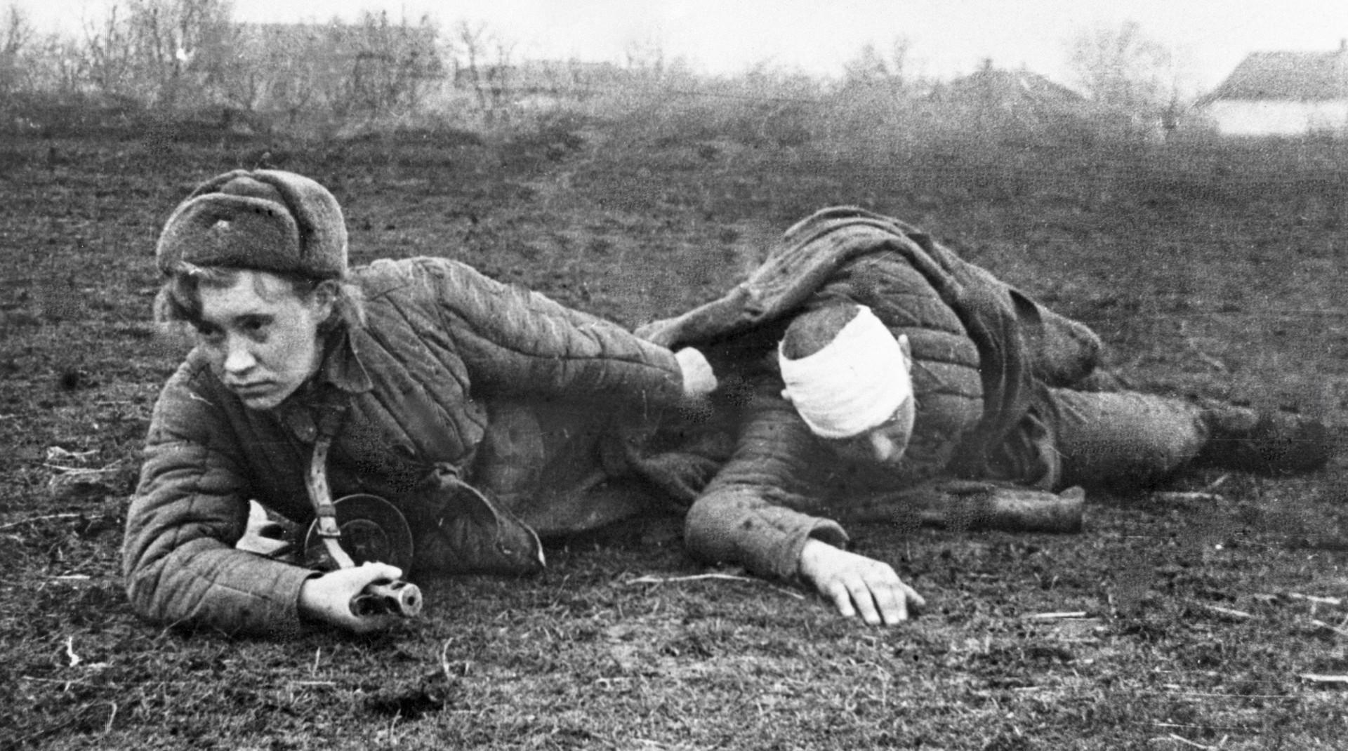 Zehntausende junge Frauen befanden sich als Sanitäterinnen an vorderster Frontlinie und zogen unter starkem Beschuss Verwundete in sicheres Hinterland. Diese wogen oft viel mehr als sie selbst.