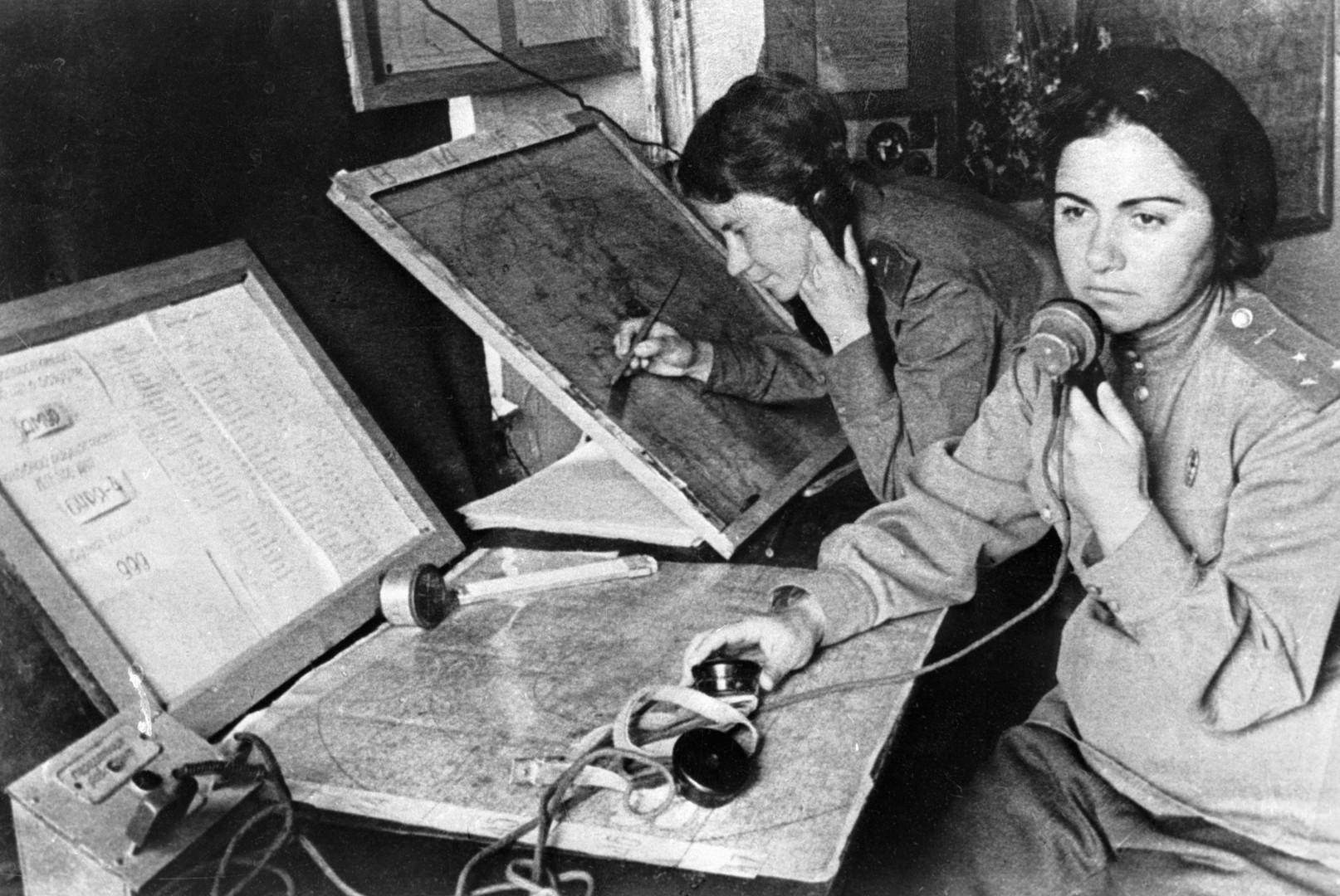 Die Mehrheit der jungen Frauen arbeitete in den verschiedenen Hauptquartieren auf unterschiedlichen Ebenen. Sie führten die Organisationsarbeit aus zu der auch die Koordinierung von Partisanenoperationen gehörte.