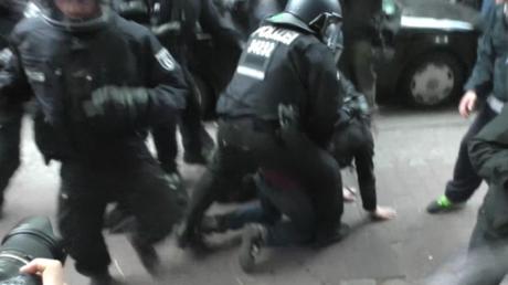 Zusammenstöße bei nicht angemeldeter Erster-Mai-Demonstration in Berlin.