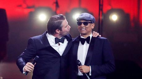 Noch darf er auf der Bühne gekuschelt werden. Xavier Naidoo und sein Freund Sascha bei der Echo-Verleihung am 6. April 2017.