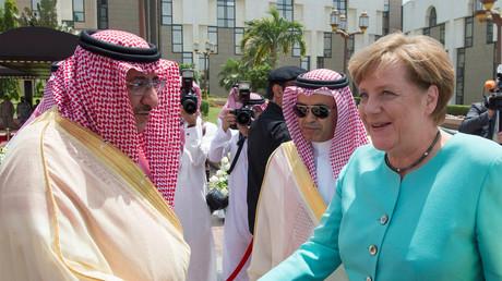 Der saudische Kronprinz Mohammed Bin Nayef schüttelt Angela Merkel die Hand. Das findet sie sehr bemerkenswert. Immerhin geht es um große Geschäfte; Dschidda, 30. April 2017.
