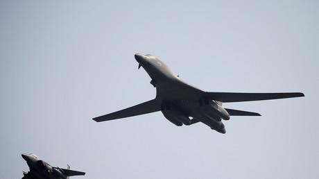 Ein B-1B-Bomber der U.S. Air Force überfliegt die Luftwaffenbasis Osan in Pyeongtaek, Südkorea; 2. Mai 2017.