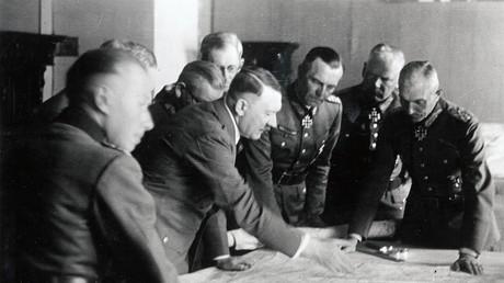 Adolf Hitler mit dem späteren Generalinspekteur des Bundeswehr, Adolf Heusinger (1.v.l.), im Jahr 1942.