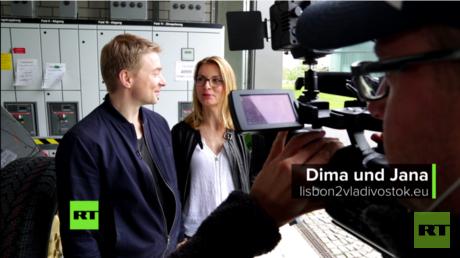 Die beiden Abenteurer Dima und Jana sind ganz aufgeregt. Gleich startet ihre Reise von Berlin über Lissabon nach Wladiwostok.