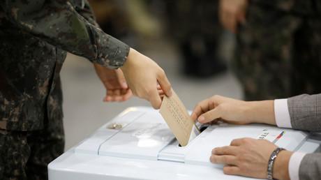 Ein südkoreanischer Soldat gibt seine Stimme für die Präsidentschaftswahlen in Seoul, Südkorea ab. 4. Mai 2017.