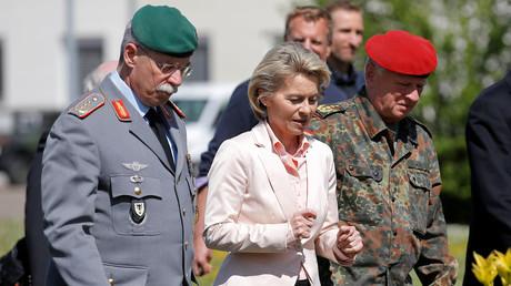 Bundesverteidigungsministerin Ursula von der Leyen (M) zusammen mit  Generalleutnant Joerg Vollmer (L) und Generalinspekteur Volker Wieker (R), im
