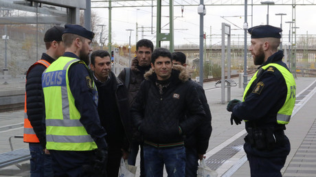 Schwedische Polizisten kontrollieren eine Gruppe an der Zugstation von Hyllie, nahe Malmö, Schweden, 12. November 2015.
