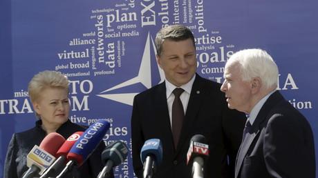 Symbolbild - US-Senator  John McCain (r) mit Lettlands Präsidenten Raimonds Vejonis and der litauischen Präsidentin Dalia Grybauskaite bei der Einweihung  der  East StratCom Task Force in Riga.