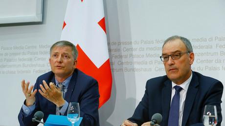 Der Schweizer Verteidigungsminister Guy Parmelin (R) and der Chef des Schweizer Nachrichtendienstes (NDB), Markus Seiler, während der Pressekonferenz am Dienstag in Bern.