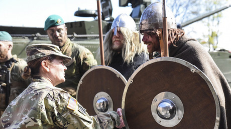 US-Soldaten begrüßen die norwegische NATO-Verstärkung im Rahmen einer NATO-Übung in Norwegen, 3. Mai 2017.
