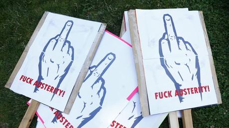 Protestplakate vor der EZB-Zentrale in Frankfurt, Deutschland, 3. Juli 2015.