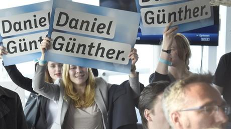 Die Anhänger von Daniel Günther (CDU) freuen sich über den überraschend deutlichen Sieg.