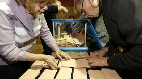Wahlhelfer an einer Wahlstation während der ersten Vorwahlrunde in Bordeaux, Frankreich, 20. November 2016.