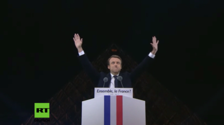 Macron hält Siegesrede vorm Louvre.