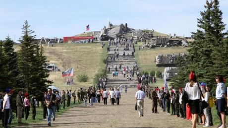 Das Denkmalkomplex Sawur-Mohyla. Auf dem Bild: Die Teilnehmer der Feierlichkeiten anlässlich der Befreiung des Donbass von den Hitler-Truppen; 7. September 2016.
