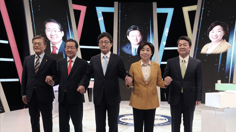 Die südkoreanischen Präsidentschaftskandidaten von links nach rechts: der Demokrat Moon Jae-in, Hong Joon-pyo von der Freiheitspartei, Yoo Seong-min von der Bareun Party, Sim Sang-jung von der Gerechtigkeitspartei und  Ahn Cheol-soo von der Bürgerpartei in Seoul; Südkorea, 2. Mai 2017.