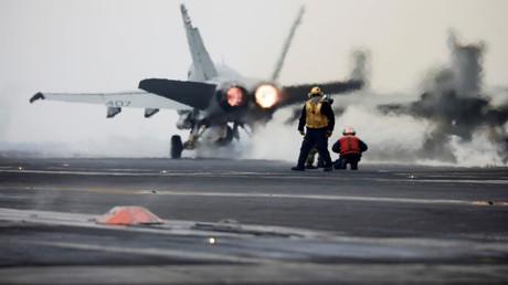 Ein F18-Kampfjet der U.S. Navy startet von Flugzeugträger USS Carl Vinson während der Übung