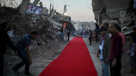 Ein roter Teppich wird inmitten von Ruinen in Gaza-Stadt für eine Filmvorführung zum Thema Krieg ausgerollt; 12. Mai 2015.