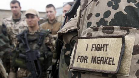 Die Bundeskanzlerin verteidigt Ursula von der Leyen und spricht sich dabei gegen Pauschalkritik an der Bundeswehr aus.  Die Mehrheit der Soldaten leiste einen herausragenden Dienst.